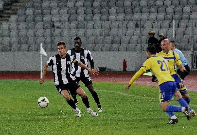 Fostul căpitan al Universităţii Cluj, Dan Bucşa (foto, la minge) va evolua până la sfârşitul campionatului la Petrolul Ploieşti / Foto: Dan Bodea