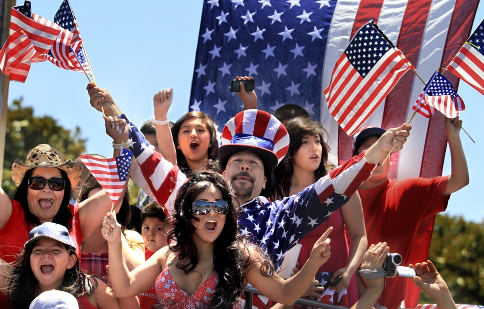Peste 300 de milioane de americani sărbătoresc pe 4 iulie Ziua Naţională a SUA, cu mare fast prin parade, focuri de artificii, concerte, picnicuri, concursuri de mâncat hot-dog şi multă bere, pe tot cuprinsul celor 50 de state.