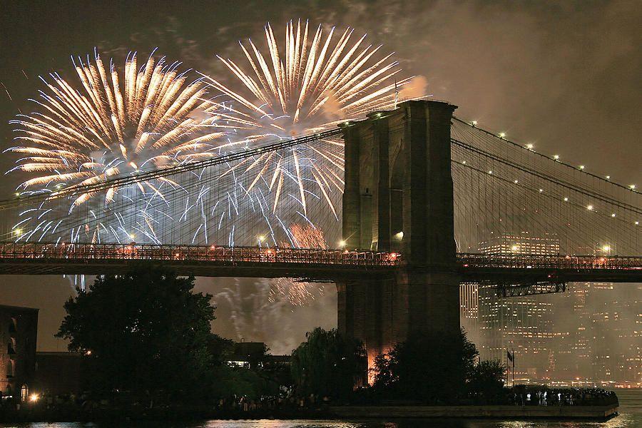 Ziua naţională a Americii este sărbătorită pe 4 iulie. Cunoscută ca Ziua Independenţei,   aceasta marchează aniversarea declaraţiei de independenţă din 1776,   faţă de Marea Britanie,   semnată de 13 colonii de pe continentul nord-american.