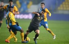 Claudiu Voiculeţ (foto,   la minge) a evoluat sezonul trecut sub formă de împrumut la ASA Târgu Mureş,   acum este ţinut pe loc de CFR
