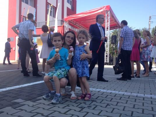 Alexandra Dondoș,   cu doi dintre beneficiarii direcți ai grădiniței: Oana și Andrei | Foto: Bogdan Stanciu