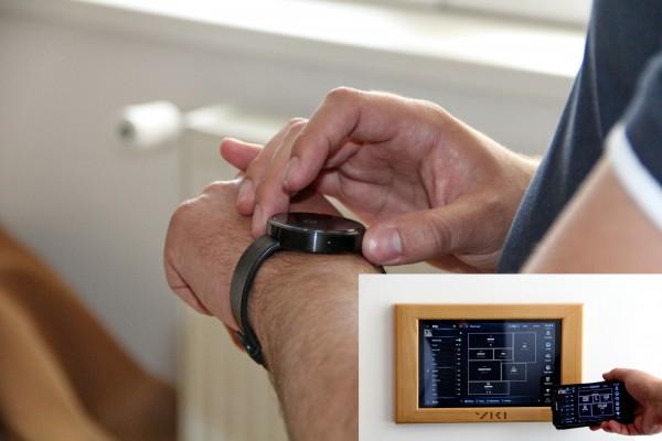 Folosind tehnologia wireless,   ambientul casei poate fi controlat cu ajutorul tabletei,   a telefonului sau a ceasului inteligent (FOTO: Dan Bodea)