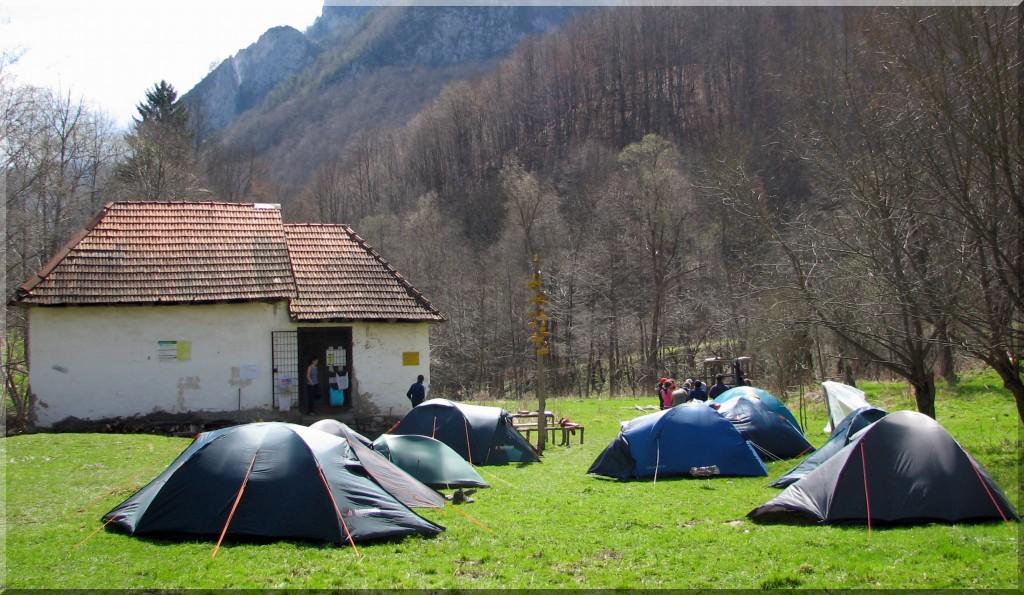 Tabără cu corturile la Cheia