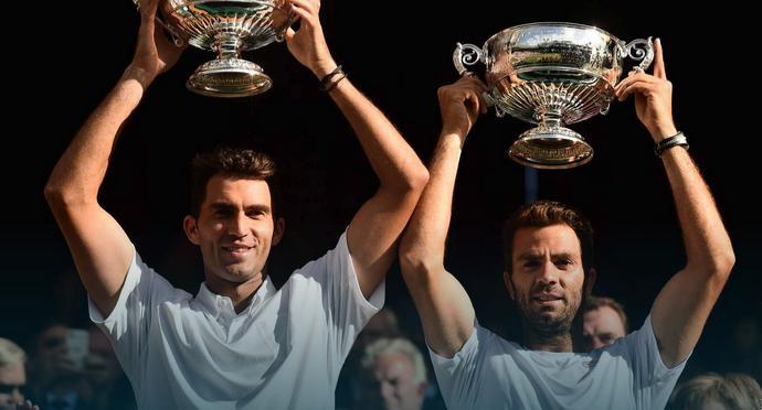 Horia Tecău (foto, în stânga) a cucerit trofeul de la Wimbledon, în proba de dublu, alături de Jean Julien-Rojer, devenind al doilea român triumfător pe iarbva de la Londra, după Ilie Năstase