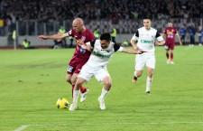 Marian Cristescu (foto,   în alb,   la minge) a marcat golurile victoriei echipei sale,   Concordia Chiajna în meciul contra CFR-ului,   scor 2-1 / Foto: Dan Bodea