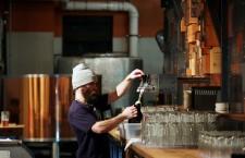 """În ciuda miturilor care spun că """"berea îngraşă"""", specialiştii spun că această băutură, pe lângă că este răcoritoare şi gustoasă, este hrănitoare şi conţine puţine calorii – mai puţine decât o băutură alcoolică mai tare. Berea nu conţine grăsimi şi nici zahăr."""