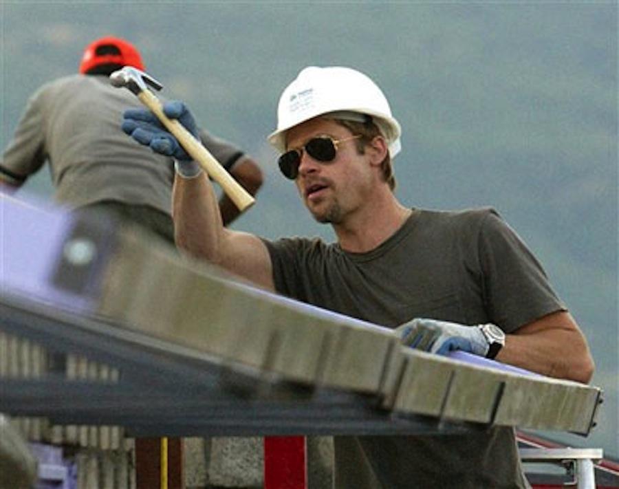 Fundaţia Make It Right,   creată de actorul Brad Pitt,   a reuşit să reconstruiască 109 case în New Orleans,   în zona cea mai afectată de uraganul Katrina. Actorul,   pasionat de arhitectură,   s-a implicat activ în construirea celor 109 case colorate şi eco-friendly. Brad Pitt s-a dus până la preşedintele Barack Obama,   pentru a cere ajutor în refacerea oraşului.