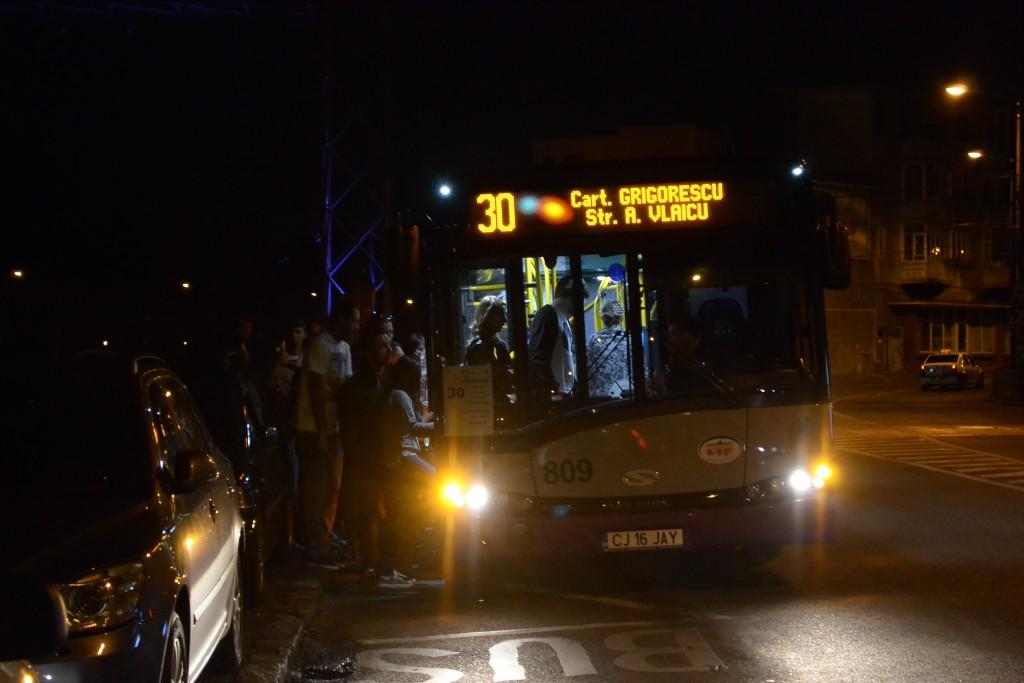 """Autobuzul din imagine a staționat mai bine de 20 de minute până și-a """"îmbarcat"""" toți călătorii / Foto: Maria Man"""