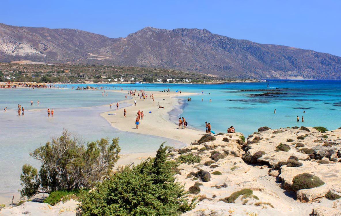 Plaja Elafonisi,  din Creta (Grecia) are nisip alb și fin,   cu nuanțe roz. Munții și apa ireal de albastră completează un peisaj paradisiac.