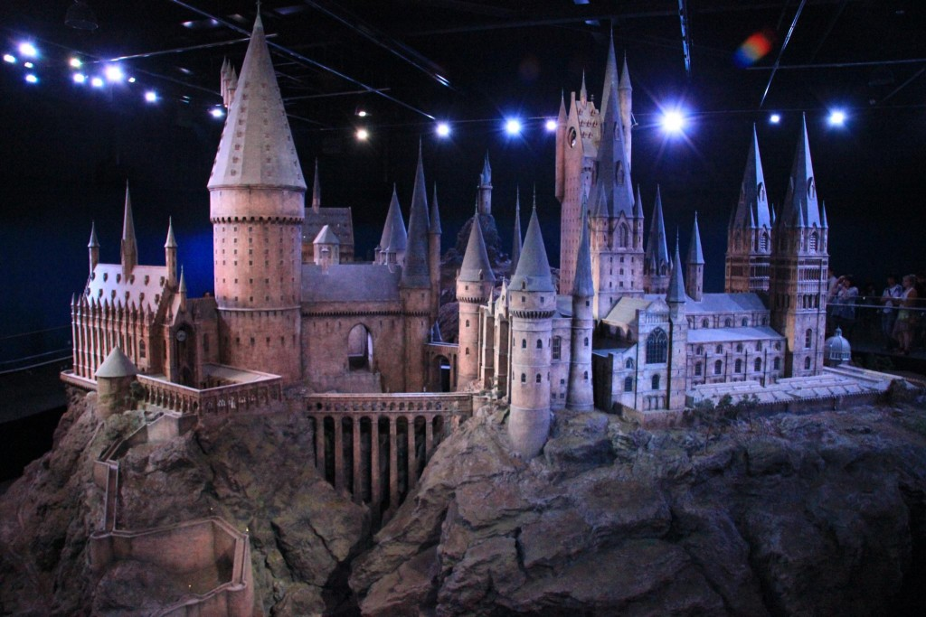 Aceasta este una dintre cafenelele din Edinburgh unde J.K. Rowling a scris primul roman cu Harry Potter,   în timp ce trăia doar cu ajutorul social,   era singură,   depresivă și avea un copil mic de crescut.