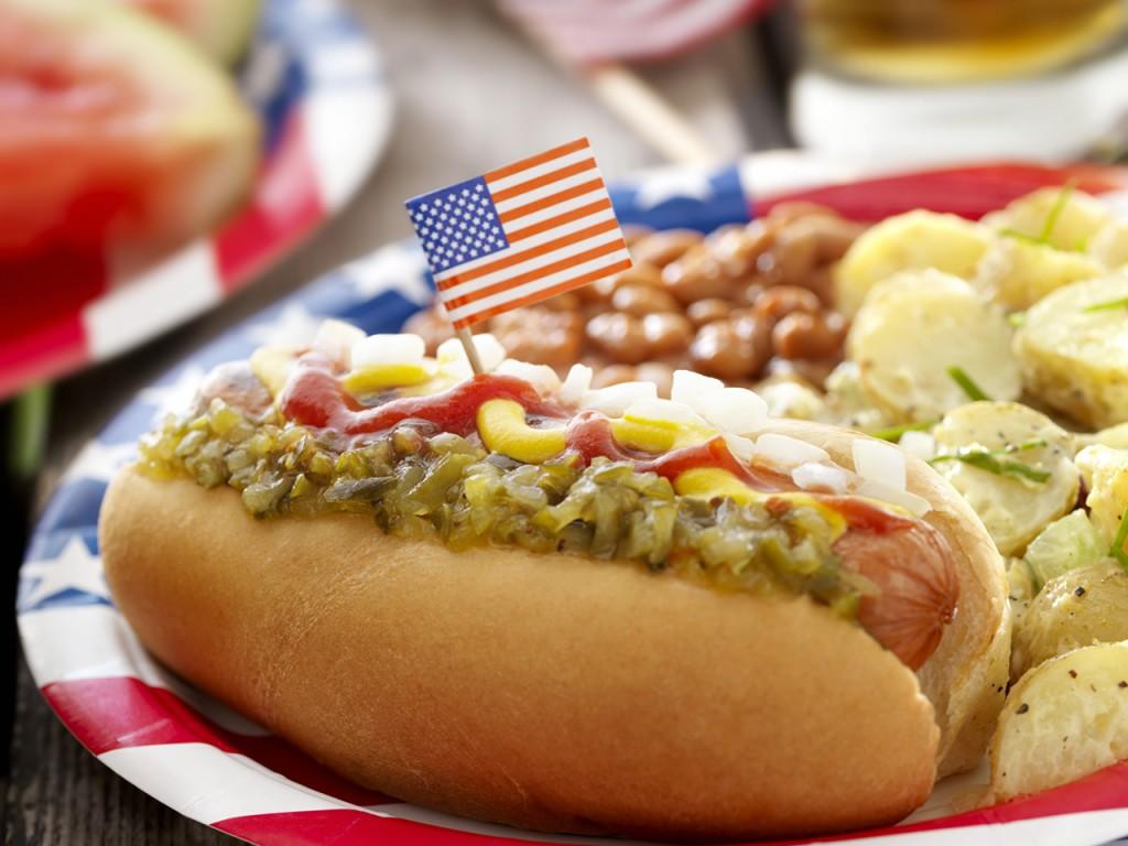Rezultatelele unui studiu realizat recent arată că americanii mănâncă aproximativ 20 de miliarde de hot dogs pe an. Pentru a sărbători acest preparat mult iubit, în fiecare an, pe 23 iulie, în New Orleans şi alte oraşe americane au loc diverse parade şi carnavaluri.