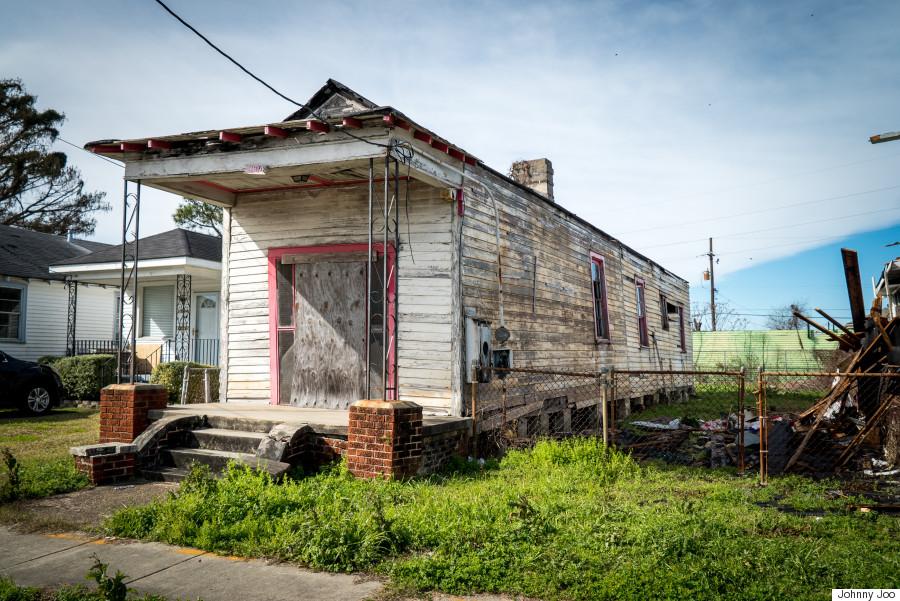 La 10 ani după uraganul Katrina,   oraşul New Orleans nu s-a refăcut complet,   în ciuda eforturilor rezidenţilor,   autorităţilor şi diverselor fundaţii. Fotograful Johnny Joo a realizat o serie de imagini care arată zone încă devastate,   structuri abandonate care altădată erau locuite,   spitale şi locuri de joacă pentru copii. Johnny Joo este un fotograf de 24 de ani,   iar imaginile au fost realizate în luna ianuarie a acestui an.