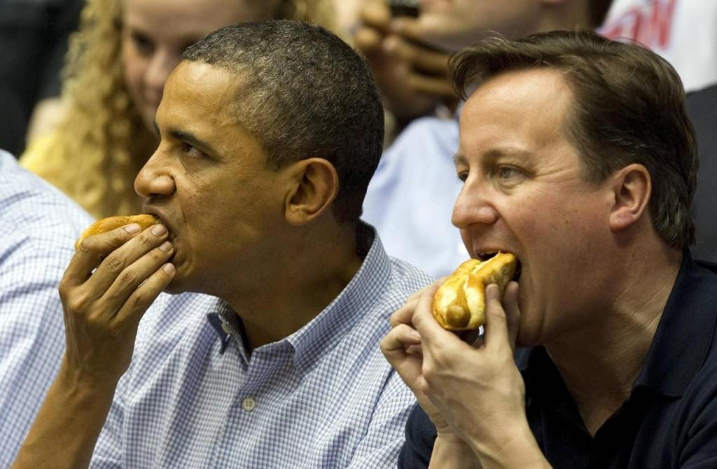 Preşedintele american Barack Obama şi premierul britanic David Cameron au mâncat împreună hot dog la un meci de baschet,   în timpul unei vizite în SUA,   în 2012. Preşedintele Obama apare în nenumărate fotografii cu cel mai îndrăgit preparat culinar american.
