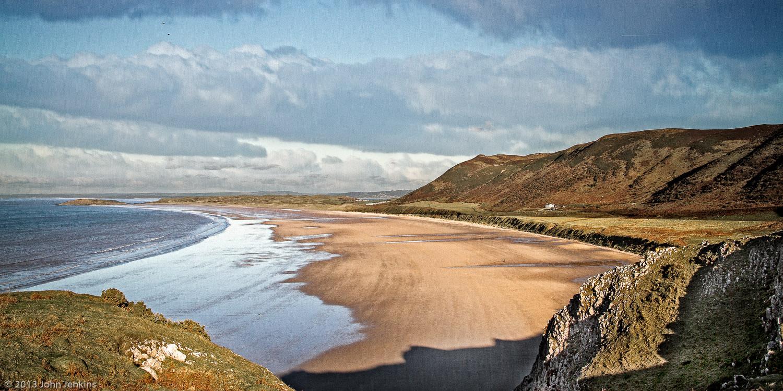 Rhossili Bay,   din Țara Galilor a fost desemnată de turiști cea mai bună plajă din Marea Britanie,   a treia din Europa și a noua din lume.