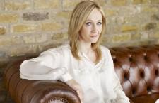 """Joanne Rowling și-a adăugat inițiala """"K"""" în nume la sugestia editorului, care i-a spus că băieții nu vor dori să cumpere și să citească o carte scrisă de o femeie. Cum nu avea decât un nume, l-a împrumutat pe cel al bunicii sale, Kathleen. Și astfel a apărut """"J.K. Rowling""""."""