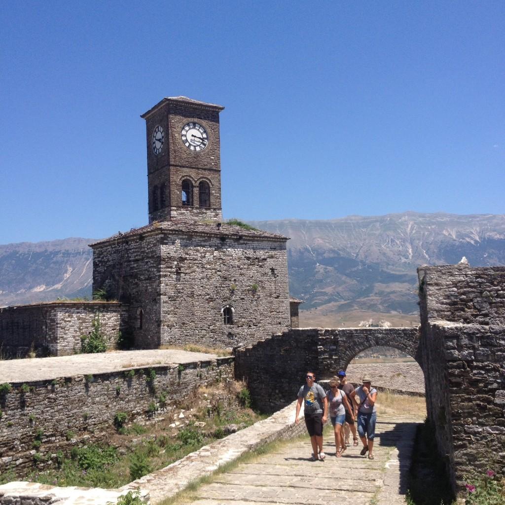 Dacă ați ales să intrați în Albania,   atunci merită să faceți un drum până la Gjirokaster,   al cărui nucleu urban este inclus în Patrimoniul Mondial UNESCO