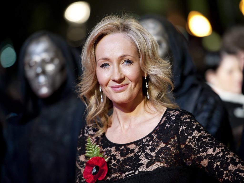 Scriitoarea britanică J.K. Rowling a avut o viață de film. După o adolescență dificilă, și-a pierdut mama, care a luptat ani întregi cu o boală cumplită, scleroza multiplă. Joanne și-a revenit greu după acest eveniment, dar s-a lovit de un altul: o căsnicie ratată, cu un soț abuziv. A rămas pe drumuri, la propriu, fără serviciu și cu un bebeluș de crescut. După ce l-a adus la viață pe Harry Potter, totul s-a schimbat și pentru ea. În numai 5 ani, a trecut de la femeia care trăia din ajutorul social la scriitoarea de succes cu milioane de cărți vândute și miliarde de dolari în conturi.