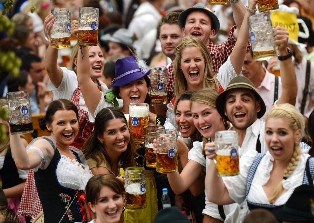Berea este cea mai populară băutură alcoolică,   la nivel mondial. Pe locul doi se află vinul,   însă la mare distanţă: vânzările de bere sunt de patru ori mai mari. În lume există circa 20.000 de tipuri de bere,   îmbuteliate în 180 de feluri: de la normală,   slab alcoolizată,   pils,   amară,   cremă de bere şi bere neagră.