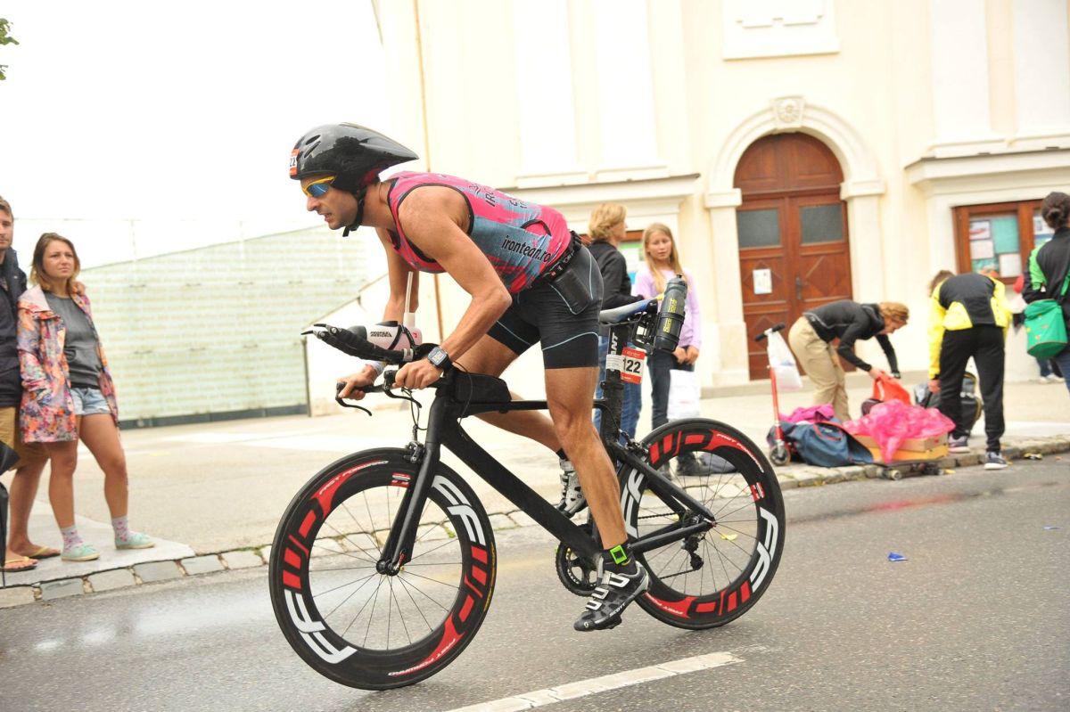 Tudor Șofron, în timpul probei de bicicletă. Echipamentul sportivilor clujeni de la Ironteam este sponsorizat de CloudTroopers Intl, 360 SPORT și GU Energy Romania/Foto: Arhivă personală