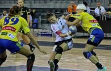 Campioană mondială de juniori,   Alexandra Dindiligan (foto,   în alb) a marcat golul victorie pentru Universitatea Cluj în faţa Coronei Braşov (scor 28-27) / Foto: Dan Bodea