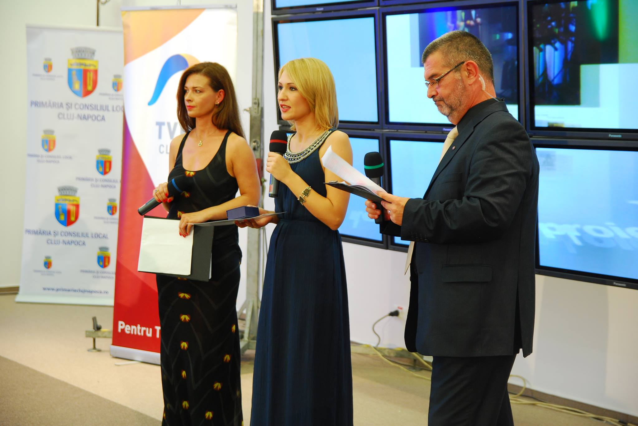 Anna Glușco (foto,   în centru) este prezentatoarea știrilor în limba rusă de la televiziunea Moldova 1