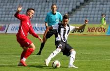 """Patrick Popescu (foto, în alb și negru) a hărțuit permanent apărarea UTA-ei, dar """"U"""" a pierdut la limită, scor 0-1, primul meci de acasă din actualul campionat / Foto: Dan Bodea"""