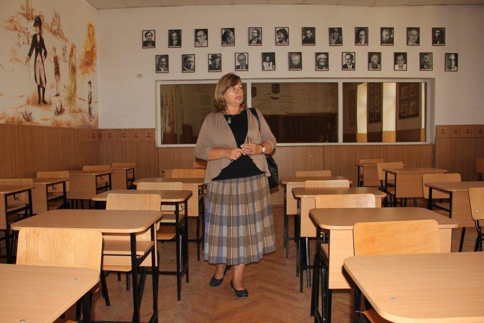 """Doamna profesoară Monica Columban,   în cabinetul de română al Colegiului Național """"Emil Racoviță""""/Foto: Dan Bodea"""