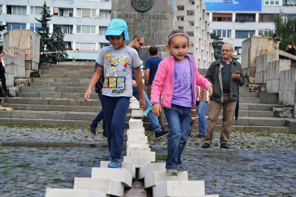 Copiii au fost cei mai încântați să vadă, dar și să se joace cu piesele de domino/ Foto: Maria Man