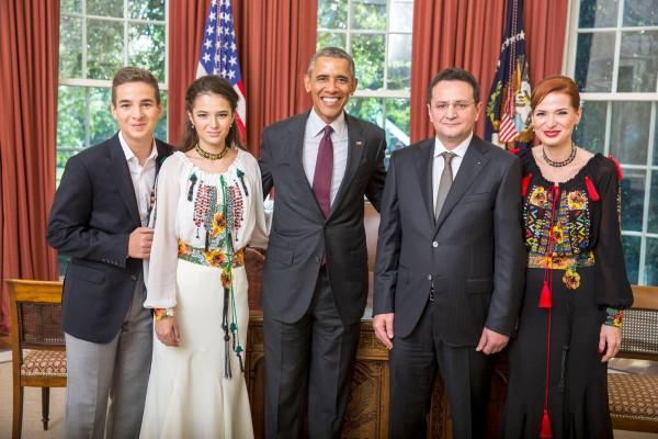 Ambasadorul George Cristian Maior alături de Preşedintele SUA şi de familie