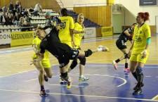 Magda paraschiv (foto,   la minge) a marcat 5 goluri în victoria Universității Cluj,   scor 23-22,   la CS Măgura Cisnădie / Foto: Dan Bodea