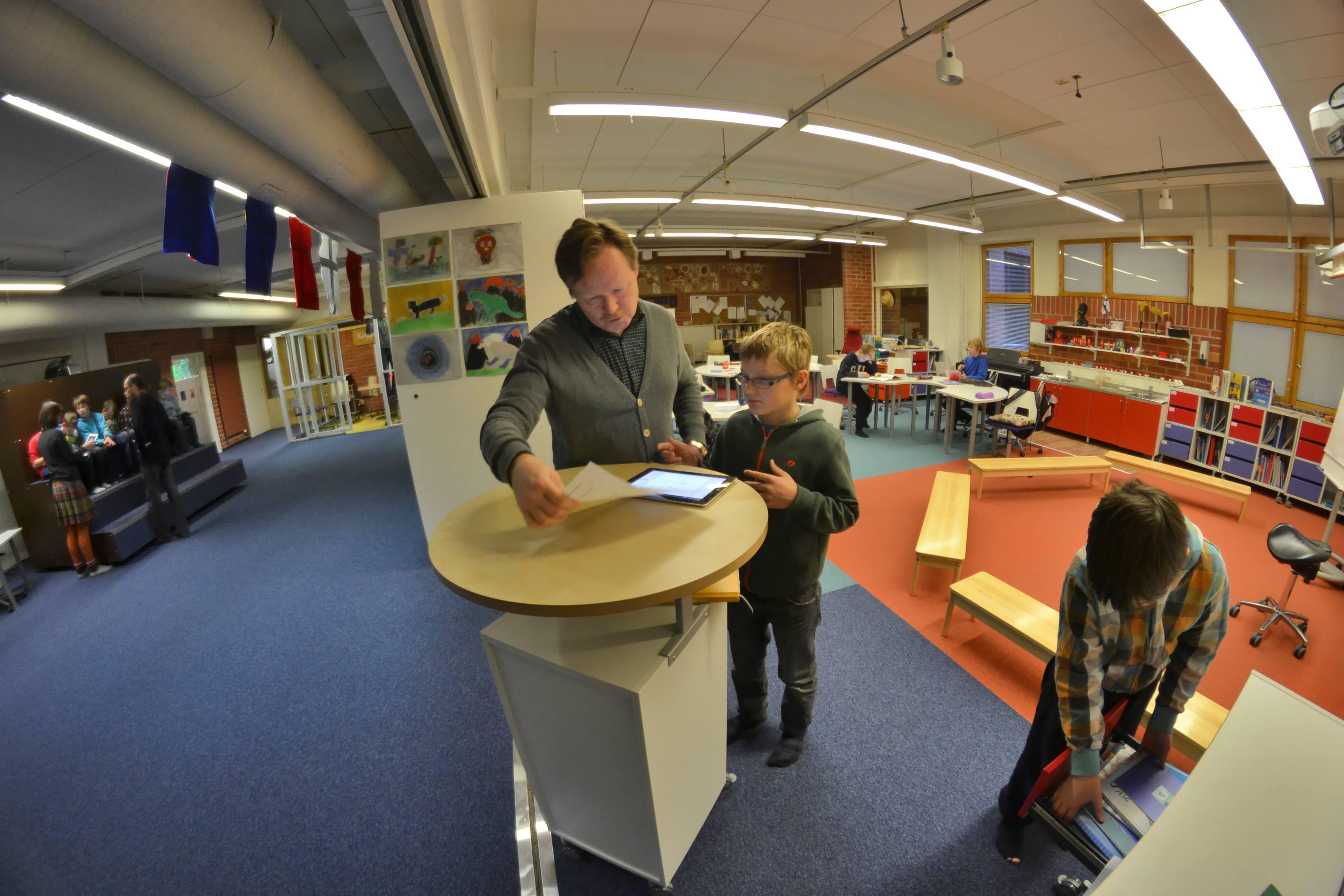 Finlandezii respectă foarte mult meseria de profesor,   au programe educaţionale competitive şi dascăli foarte bine pregătiți. Programa şcolară naţională poate fi modificată la nivel de școală sau de oraș,   în funcție de nevoile comunității.