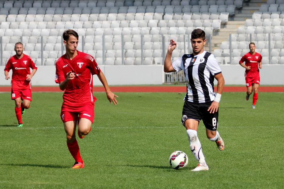 Octavian Ursu (foto, la minge) a înscris unul dintre cele 3 goluri ale Universităţii Cluj în victoria cu CS Oşorhei din Cupa României / Foto: Dan Bodea