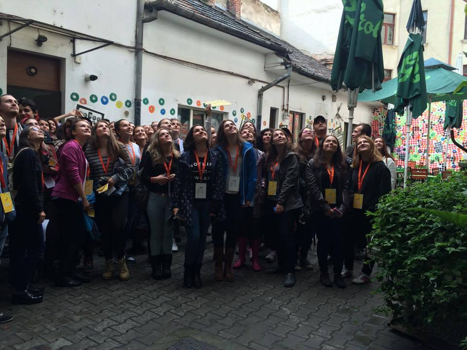 Voluntarii Fundației Altartnu s-au speriat de ploaie,   ci au venit să aranjeze cele 3.000 de piese ale Cluj Dominoes