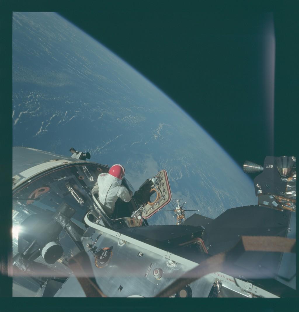 Peste 8.400 de fotografii din misiunile NASA pe Lună au fost publicate pentru prima oară