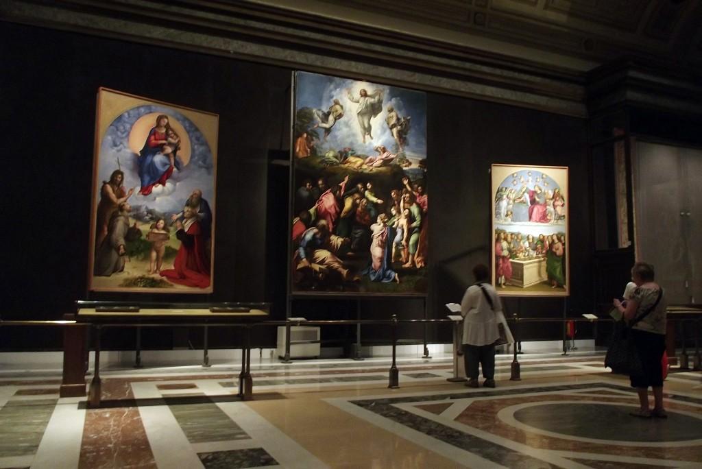 6. Dacă vizitarea Capelei Sixtine sau a Camerelor lui Raffaello v-au lăsat un gust amar, din cauza înghesuielii și/sau a vrăjmășiei gardienilor, vă sugerăm să nu ratați Pinacoteca Vaticanului, inclusă în același circuit muzeistic. Din motive greu de înțeles, sălile care adăpostesc colecția de picturi a Vaticanului sunt aproape pustii. Aici vă puteți bucura în liniște de trei picturi de mari dimenisuni realizate de Raffaello, dar și de alte pânze inestimabile, semnate de Leonardo Da Vinci sau Caravaggio.