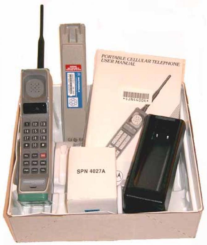 În 1983 a apărut Motorola DynaTAC,   primul telefon mobil atestat de către o autoritate competentă pentru a fi comercializat la scară largă,   adică destinat utilizatorilor obişnuiţi.