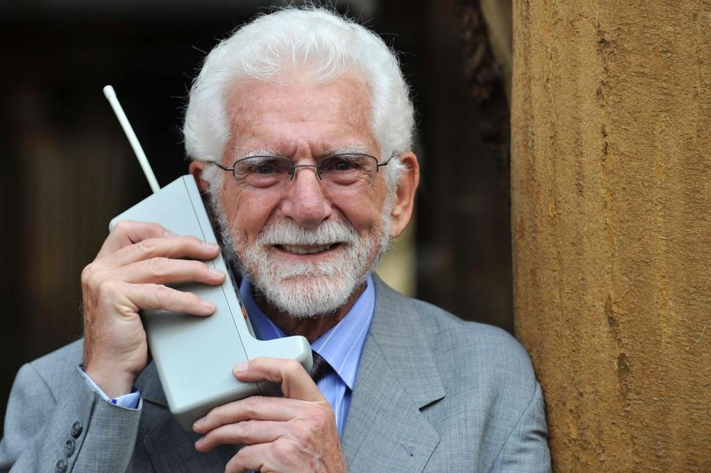 Telefonul mobil a fost dezvoltat în anul 1973,   în SUA,   deşi existau deja diverse concepte,   planuri şi prototipuri,   încă de la începutul secolului 20. În data de 3 aprilie 1973,   Martin Cooper,   unul dintre managerii companiei americane Motorola,   a fost prima persoană care a iniţiat un apel de pe telefonul mobil – acesta l-a sunat pe Joel Engel,   marele său rival de la Bell Labs (actual Alcatel-Lucent).