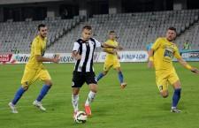 Răzvan Greu (foto,   la minge) a marcat primul gol al Universitîții Cluj,   pe teren propriu,   în actualul campionat / Foto: Dan Bodea