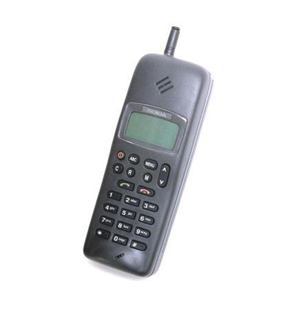 """Nokia 1011 a fost întâmpinat cu bucurie de public; era mult mai micuţ,   spre deosebire de """"cărămizile"""" Motorola. În anul 1994 a fost scos din producţie şi a fost înlocuit de către Nokia 2100 – primul telefon """"echipat"""" cu celebra sonerie """"Nokia Tune"""",   dar şi primul care oferea transfer de date,   fax şi mesaje SMS. Compania finlandeză preconiza că se vor vinde 400.000 de modele,   dar Nokia 2100 a depăşit toate aşteptările,   atingând uimitoarea cifră de 20 de milioane de terminale vândute în întreaga lume."""