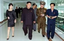 Liderul Kim Jong-un,   alături de soţia sa Ri Sol-ju în vizită la un combinat din capitala Phenian. Prima doamnă a ţării este văzută mereu într- o ţinută elegantă.