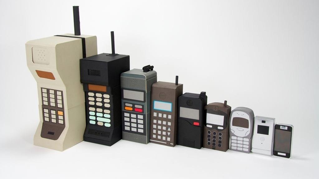 În cele peste trei decenii de la apariţie, telefoanele mobile au evoluat foarte mult, atât în privinţa formei, cât şi a tehnologiei.