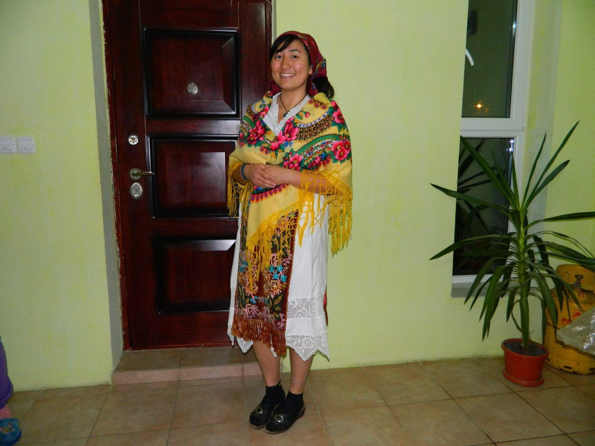 În Români, într-o localitate din Timișoara, Sofia a avut ocazia să îmbrace un costum popular românesc.