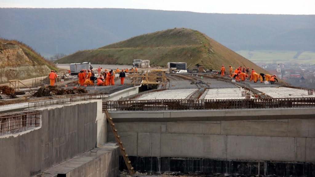 Pe poduri și viaducte se lucrează de zor. În prezent,   pe șantier,   sunt aproximativ 600 de muncitori / Foto: Dan Bodea