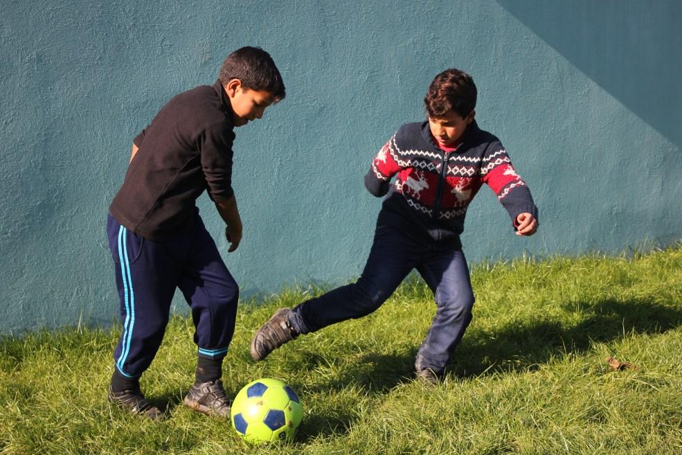 Alex și Manu,   doi frați din Pata Rât,   pasionați de fotbal