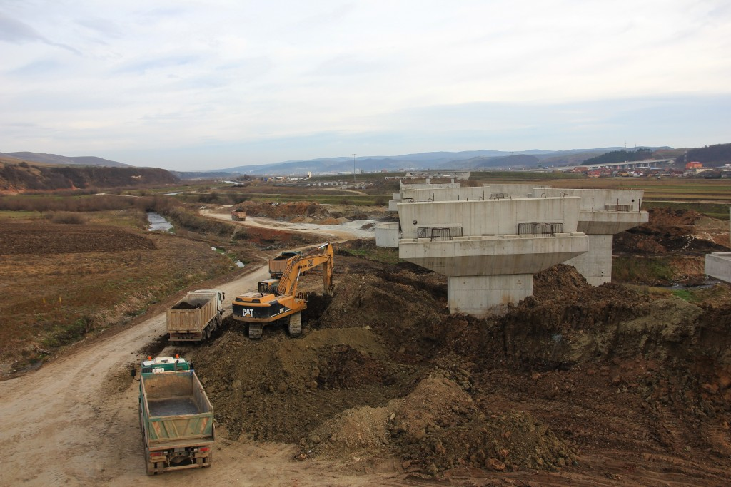 La kilometrul 0 al autostrăzi se află moștenirea Bechtel: pilonii pe care ar trebui să fie drumul de legătură dintre tronsonul Gilău-Nădășel și A3 / Foto: Dan Bodea