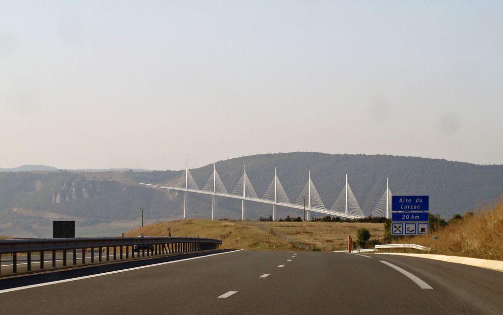 Autostrada A75 din Franța include viaductul Millau,   un pod hobanat cu o lungime de 2.460 de metri ce traversează râul Tarn la aproape 270 de metri altitudine. Podul are o lățime de 32 de metri și conţine o autostradă cu 2 bezi şi o bandă de urgenţă pe fiecare sens de mers. Viaductul este susţinut de şapte picioare,   prelungite prin piloni de 87 de metri înălţime.