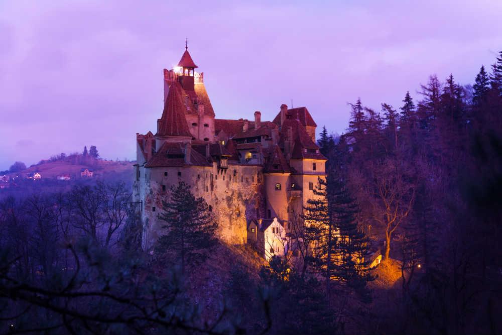 Castelul Bran este unul dintre cele mai cunoscute obiective turistice,   legenda lui Dracula atrăgând numeroşi turişti de pe întreg mapamondul în fiecare an.