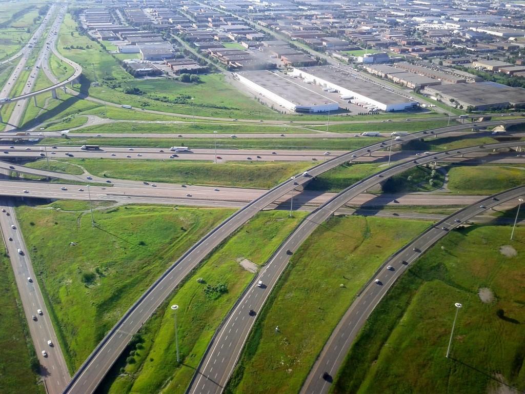 Autostrada 401 este cea mai aglomerată din America de Nord: 420.000 de autovehicule trec zilnic prin unele părţi ale acestei autostrăzi. De la terminarea ei,   în 1960,   autostrada leagă părţile sudică,   centrală şi estică a provinciei Ontario,   din Canada.