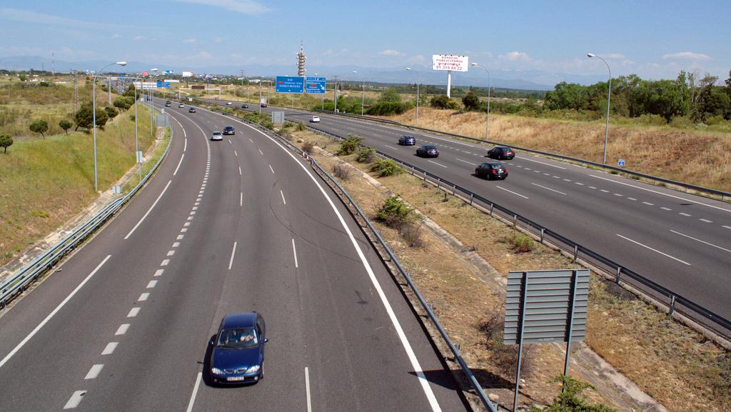 M40,   care duce spre Madrid,   este una dintre puținele autostrăzi mari fără plată din Spania.