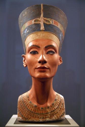 Bustul lui Nefertiti a fost sculptat în calcar şi ghips,   apoi pictat,   acum 3300 de ani. Este una dintre cele mai faimoase opere de artă ale epocii faraonilor egipteni. A fost descoperit în 1912 de un arheolog german.